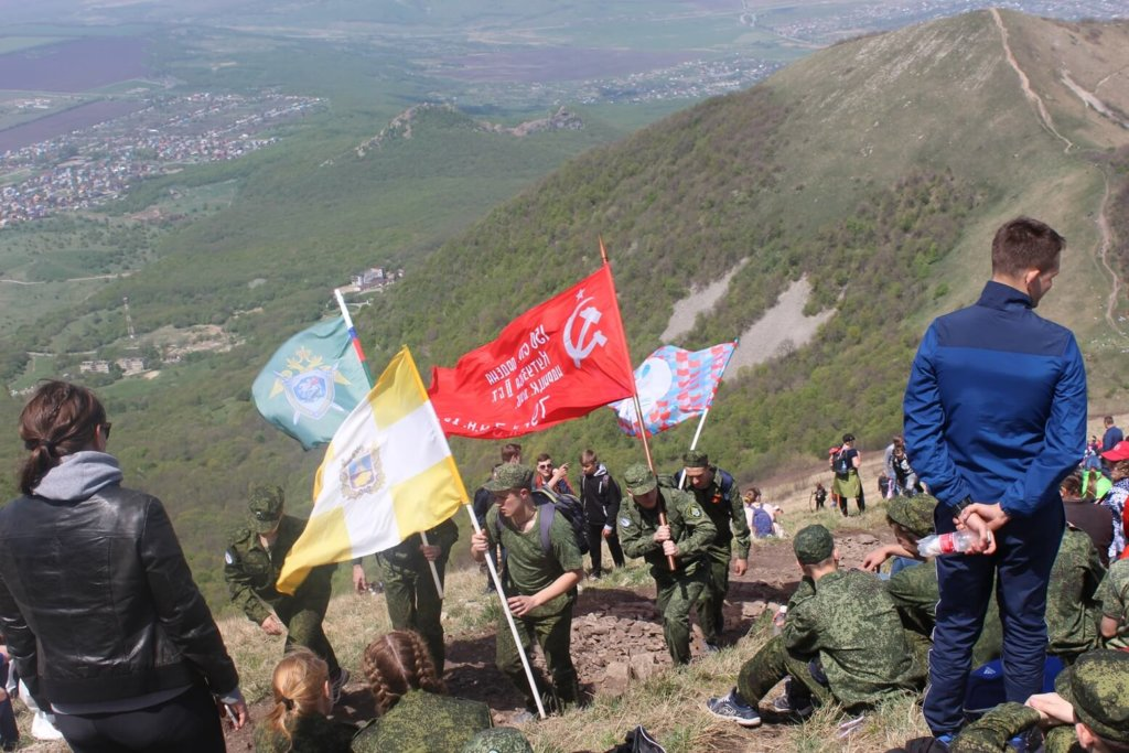 Сотрудники СКР и кадеты совершили восхождение на Бештау