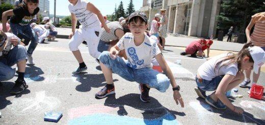 В Пятигорске дети рисуют на асфальте – ко Дню России