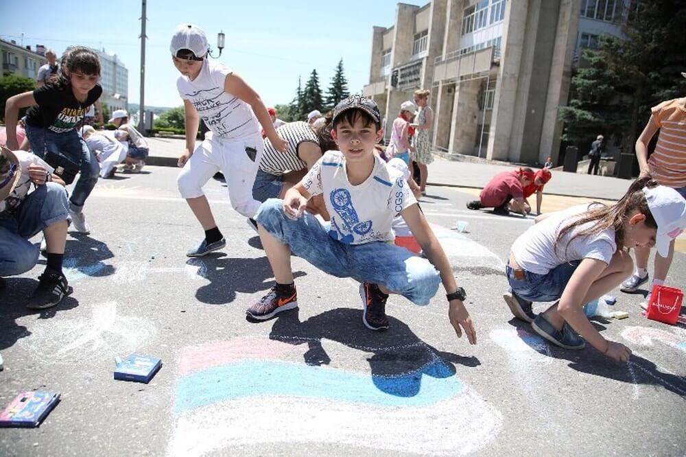 energetik 20170611 15 - В Пятигорске дети рисуют на асфальте – ко Дню России